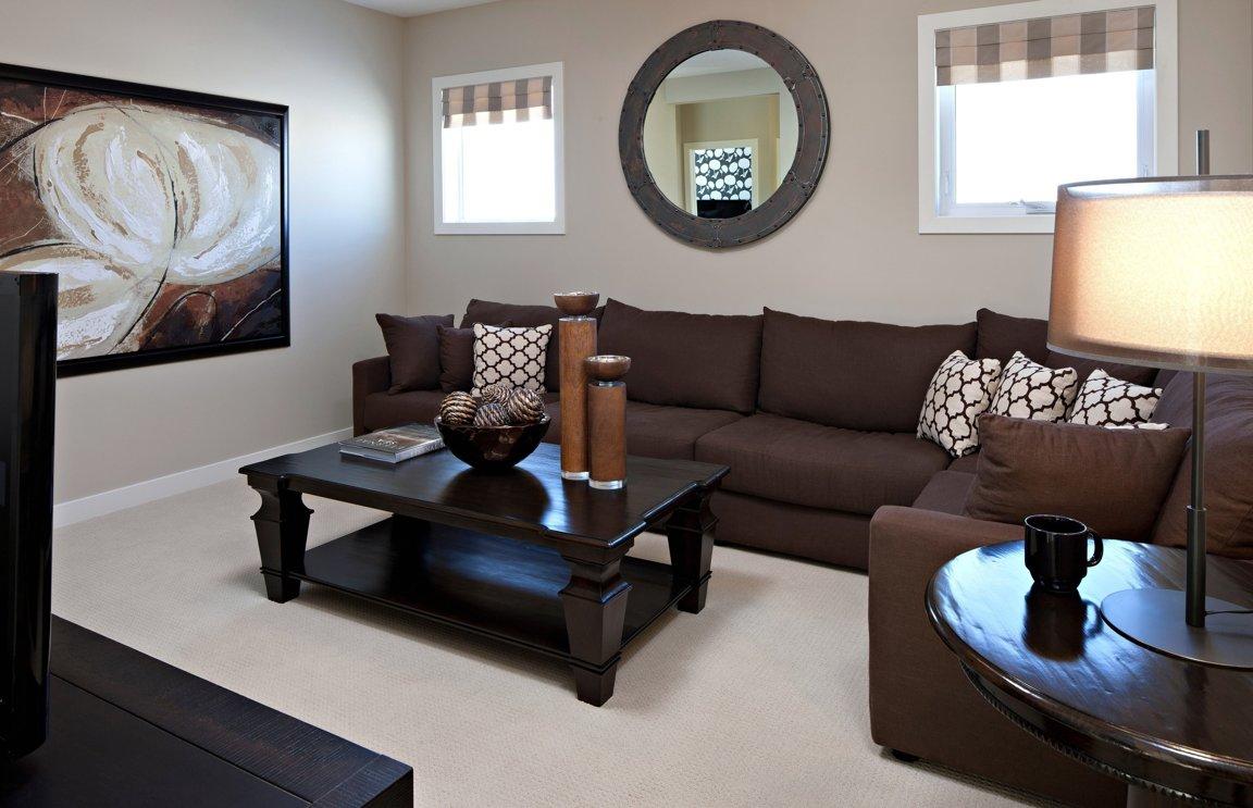 фото темная мебель в светлой комнате