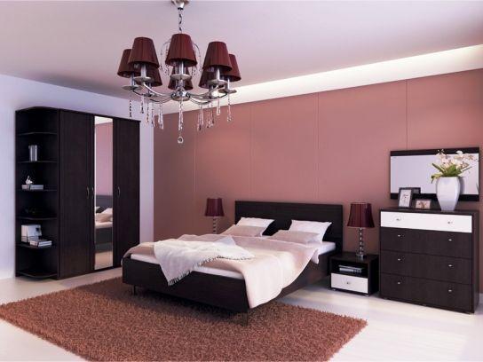 розовые обои в комнате
